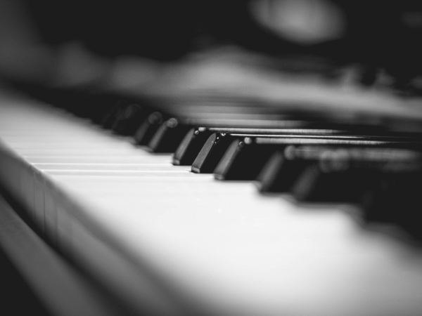 piano keyboards in black and white